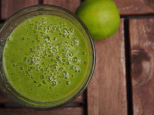 Zdravé zelené smoothie se zeleným ječmenem