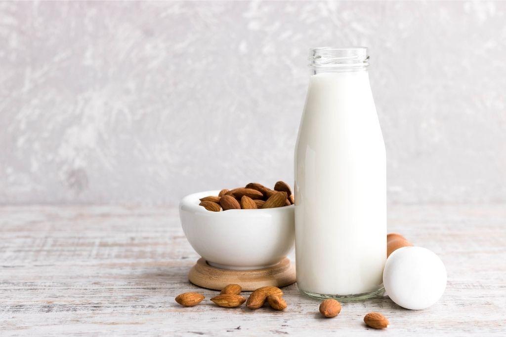 mandlové mléko ve sklenici